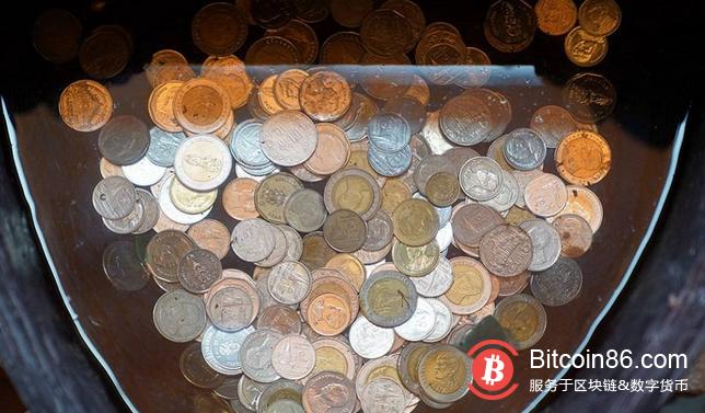 """加密货币交易员和分析师Rhythm在推特上指出,比特币目前是全球第11大货币。对于一个10岁的后起之秀来说,这是相当令人印象深刻的,尤其是其源于一份9页的匿名白皮书。  bitcoin    物以稀为贵    经过数学上的设计,比特币的供应是有限的,这使得它越来越多地被用作一种价值储存手段,价格也在不断攀升。在市值方面,比特币现在超过了巴西、加拿大、墨西哥、澳大利亚和韩国的国家货币。  截至发稿时,比特币的市值已经超过了0.21万亿美元,略低于俄罗斯卢布的全球供应。    硬核比特币    下一个是谁?毕竟,比特币是有史以来""""最硬核""""的货币,所以它理所当然地会面对更多的牺牲者。  排在俄罗斯之前的是印度,比特币市值将不得不翻番,才能超越印度的货币供应。目前流通的卢比价值超过0.4万亿美元。要想超过瑞士(0.6万亿美元),还需要另一次类似的增长,英国以0.7万亿美元的供应排在瑞士前面,再往前是白银(0.8万亿美元)。  而货币供应量的前五名分别是黄金(8.4万亿美元)、日本(4.9万亿美元)、中国(4.6万亿美元)、欧元区(3.6万亿美元)、美国(3.3万亿美元)。  推高比特币市值的最大力量就是价格。在2017年加密货币狂热期,比特币曾是全球货币供应第10位。  此外,这并不能真正反映流通供应量,因为现有的许多比特币已经永远丢失或无法使用。但这也增加了其稀缺性,最终应该会导致价格进一步上涨。  很多人相信""""一家没有CEO、办公室或营销部门的银行""""是件好事。正如Rhythm所说,""""它绝对应该让你大吃一惊。""""  1      """"比特币现在是世界上第11大货币,其是在草根运动的推动下,仅用一份9页的匿名论文推动的。数百万人选择了一家没有首席执行官、办公室或营销部门的银行,这绝对应该让你大吃一惊。"""""""